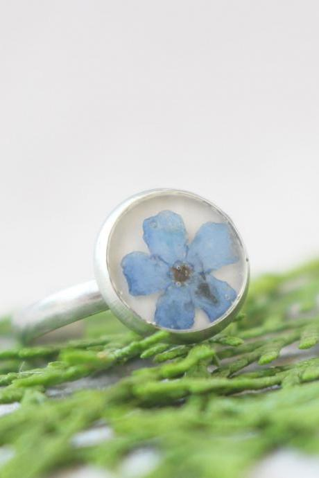 Minimalist forget me not rings, blue floral ring, resin unique rings, tiny rings for women, terrarium rings resin, pressed flower rings